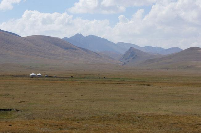 Campement de yourtes dans la montée au col Moldo Ashuu