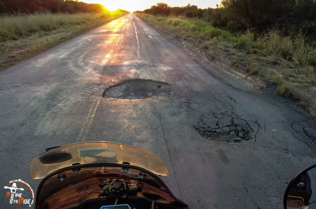 Paraguay - Motorrad - Reise - Worldtrip - Motorcycle - Südamerika - South america - Teils riesige Schlaglöcher markieren den Trans Chaco Highway.