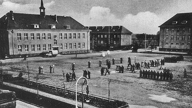 Unter den Nazis entstand auf Wustrow ein großer Militärkomplex, von dem aus die Flugabwehr geübt wurde. Auch dieser Exerzierplatz wurde in der Flak-Schule angelegt.