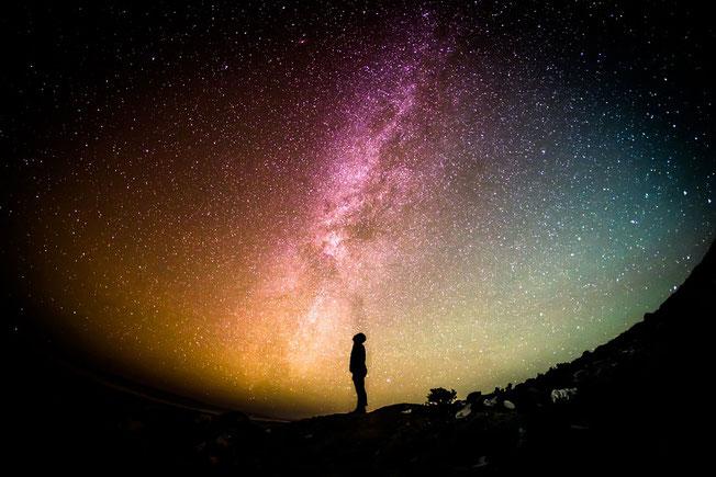 Jésus est le premier-né de toute création. Tout a été créé par lui et pour lui. Dieu a créé l'univers par son Fils, Jésus. Jésus a été créé bien avant la naissance de la terre et de la matière.