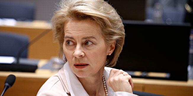 Ursula von der Leyen sitzt nachdenklich im Bundestag