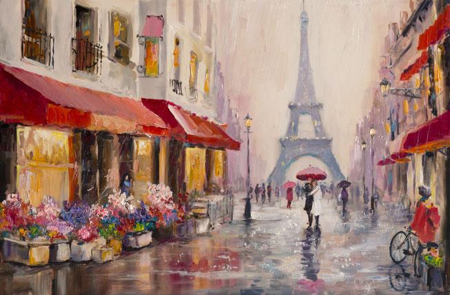 Ein Paar steht bei Regen unter einem roten Regenschirm in einer Fußgängerzone.  Im Hintergrund ist der Eifelturm.