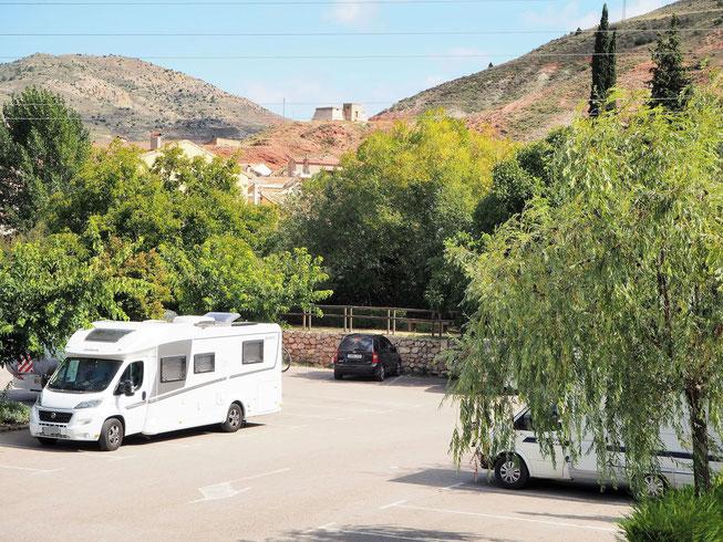 Parkplatz am Ortseingang, Womos nur tagsüber erlaubt - vielleicht weil in der Mitte ein Tanatorio = Leichenhalle liegt?