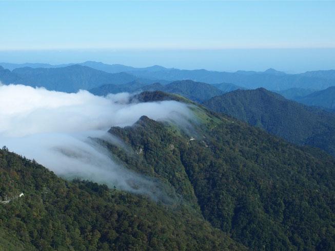 雲が山に沿っておりていく、、!