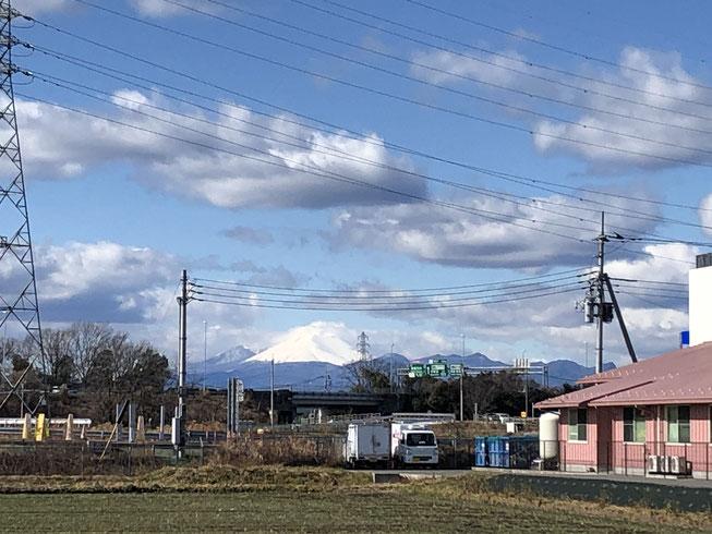 写真で撮ると肉眼で見るほど大きく感じないなあ、、と思いながらズーム。東面を見るので見慣れた山の形とは少し違う。