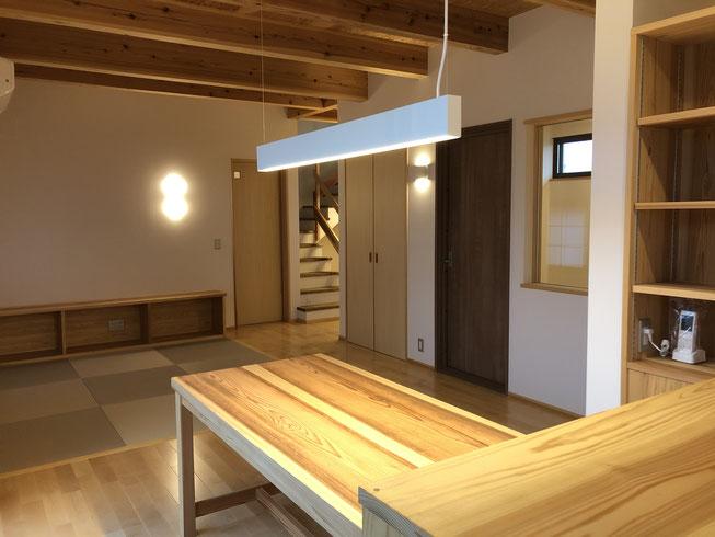 ダイニングキッチン。書斎用のテーブルも工務店さんがストックしているスギの無垢材で作ってもらいました。