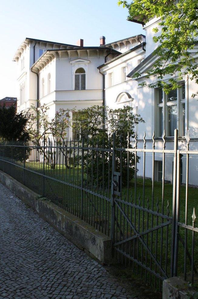 Potsdam Berliner Vorstadt Villengegend beste Wohngegend Wohnhaus Einfamilienhaus Altbau Villa Preussische Architektur Gründerzeit Fassade Eisenzaun