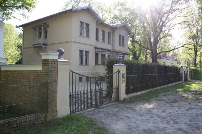Potsdam Berliner Vorstadt Villengegend beste Wohngegend Wohnhaus Einfamilienhaus Altbau Villa Tor Zaunanlage klassiches Dach