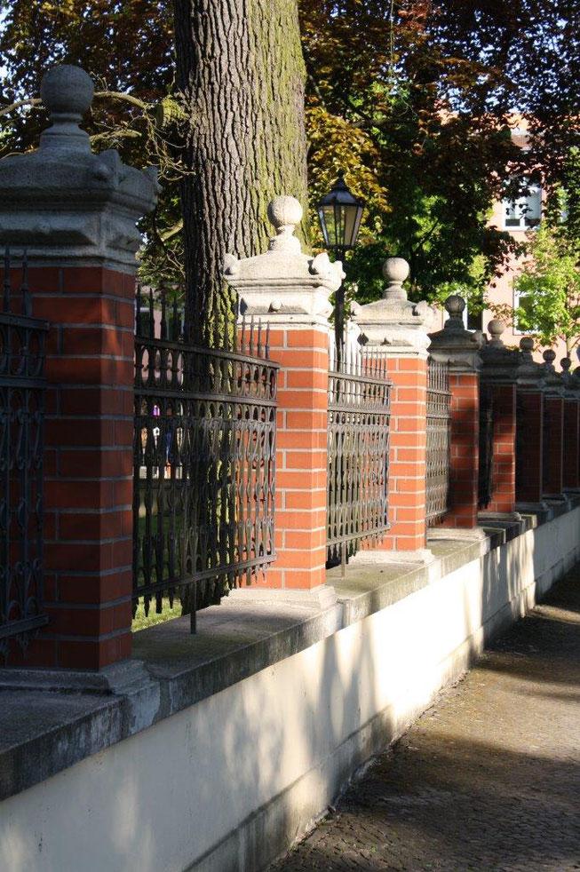 Potsdam Berliner Vorstadt Villengegend beste Wohngegend Wohnhaus Einfamilienhaus Altbau Villa Mauerpfosten Backstein Zaun