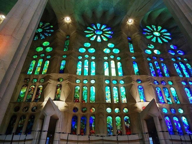 Храм Святого Семейства в Барселоне - витражи