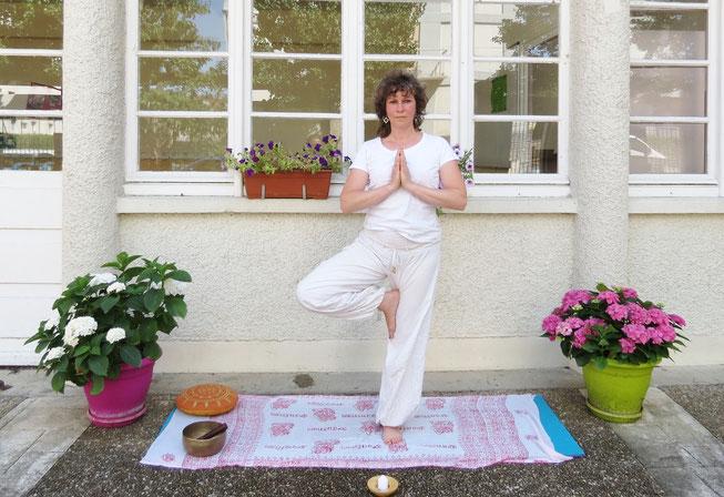 Posture de yoga : l'arbre (vriksasana) par Murielle LEROY