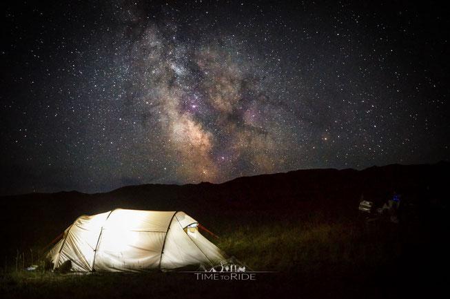 Camping unter der Milchstraße in der Mongolei