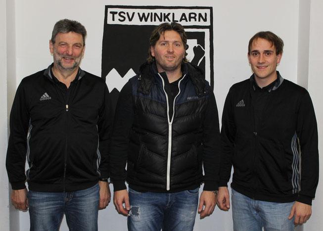 Vorstand Hans Hutzler und Abteilungsleiter Matthias Niebauer mit dem neuen Trainer Markus Pillmeier (Mitte)