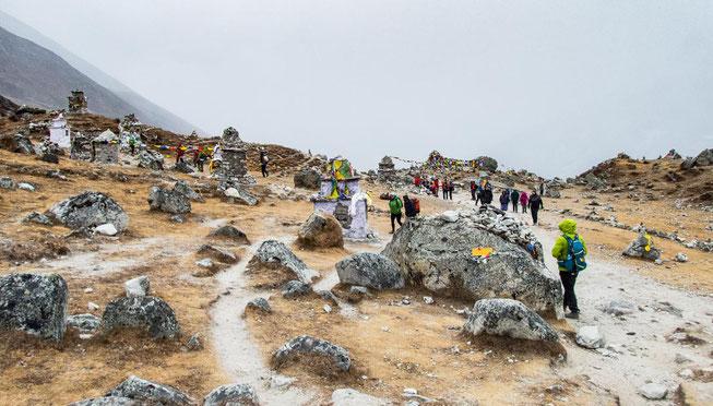 Viele Gedenktafeln stehen auf dem Thokla-Pass