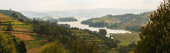 """Blick auf den Lake Bunyonyi von der Terrasse des """"Lake View Coffee House"""""""