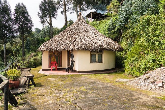 In den Rundhütten befinden sich jeweils zwei kleine Gästezimmer mit eigenem Sanitärbereich.