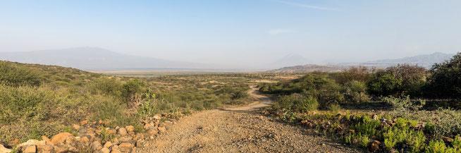 Blick zum Lake Natron mit dem Ol Doinyo Lengai am Horizont