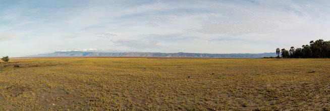 Blick über den Lake Eyasi - Im Hintergrund: Oldonyo Ibor Escapment (Ngorongoro Conservation Area)