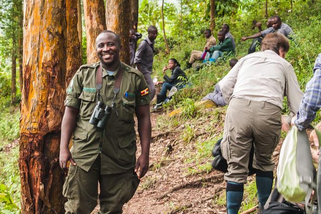 Unser Ranger Midi mit uns auf dem Rückweg vom Gorilla Trecking in Buhoma - Photo taken by Alun Carew and the forgotten name comes from him