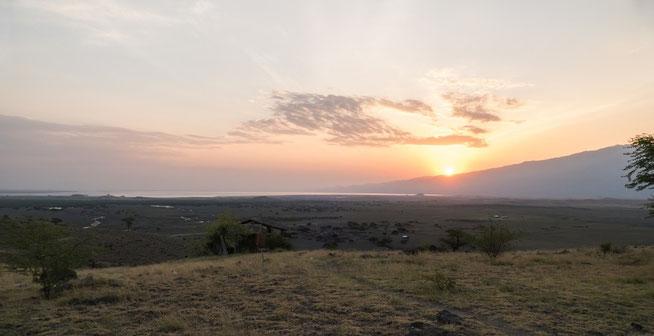"""Sonnenaufgang über dem Lake Natron - Blick von der """"World View Campsite"""""""