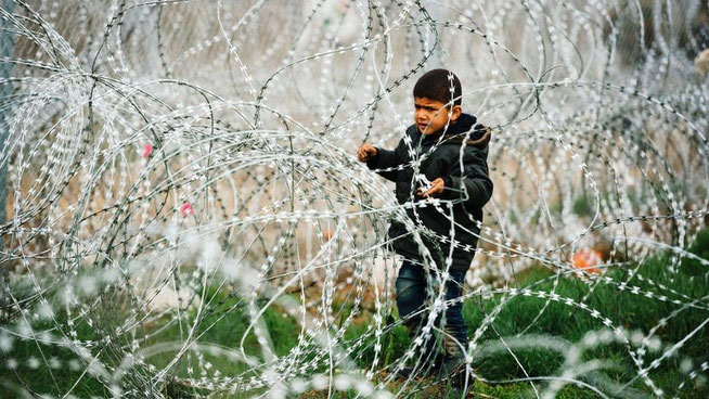 Ein Flüchtlingskind wartet am griechischen Grenzübergang Idomeni vergebens auf den Durchlass nach Mazedonien © Dimitar Dilkoff/AFP/Getty Images