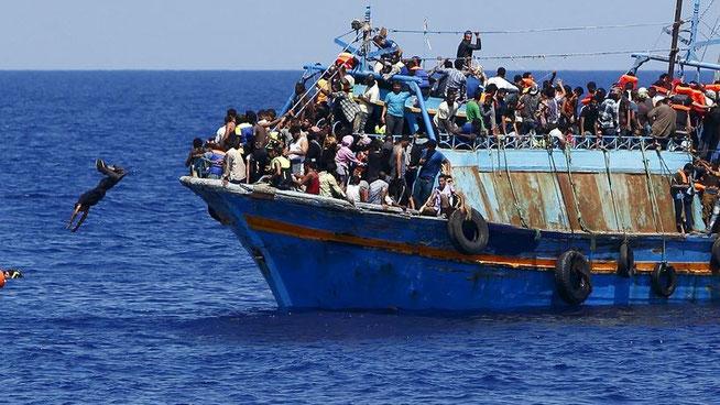 Ein überfülltes Flüchtlingsschiff, 16 Kilometer vor der libyschen Küste (Aguast 2015) © Reuters  Es sammeln sich bereits 150.000 Menschen