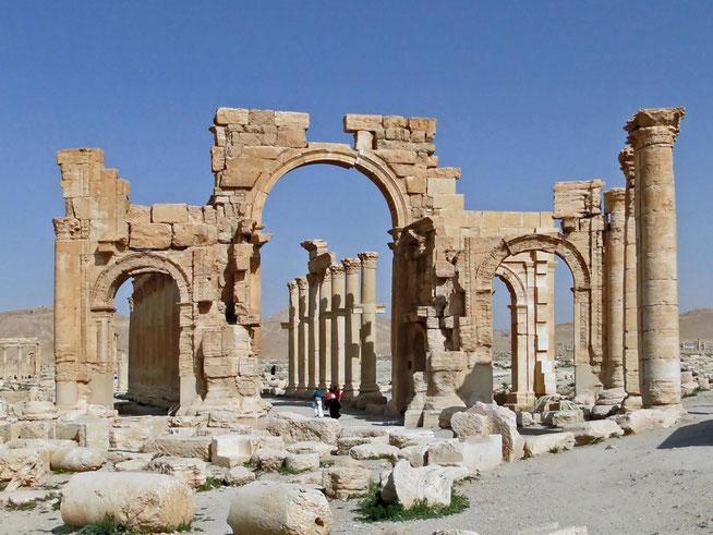 Gestern, am Ostersonntag, hat die syrische Armee Palmyra zurückerobert. Die Zerstörungen durch den IS sind nicht so schlimm wie befürchtet.