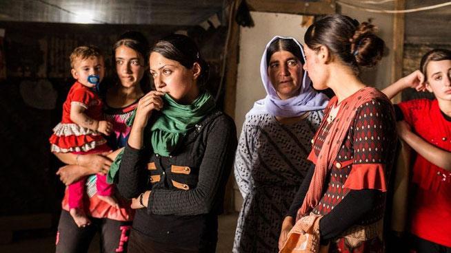 Nach der Flucht aus Merza sind diese Jesidinnen auf einer Großbaustelle im nordirakischen Zahko untergekommen. © Michael Stürzenhofecker