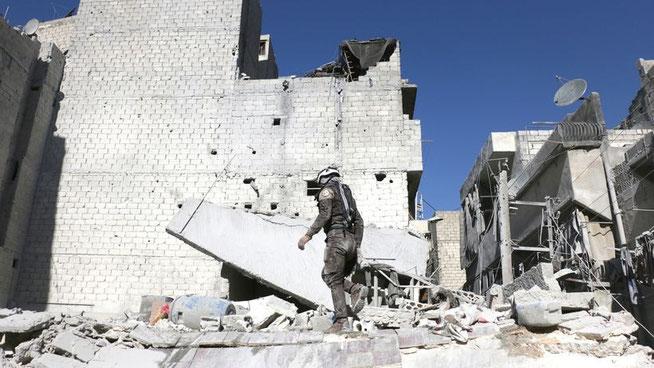 Suche nach Überlebenden in einem von russischen Flugzeugen bombardierten Wohngebiet in Aleppo © Beha el Halebi/Anadolu Agency/dpa