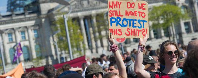 """""""Warum müssen wir immer noch gegen diesen Scheiß protestieren?!"""" Fragen sich nicht nur diese Demonstrantinnen beim Reichstag.Foto: Paul Zinken/dpa"""