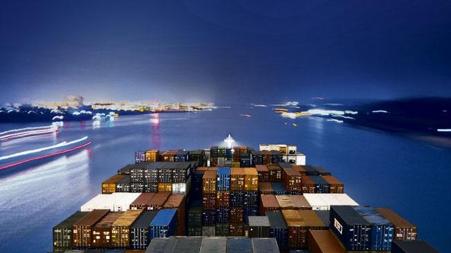 Auslaufendes Containerschiff im Hamburger Hafen: Das TTIP-Abkommen soll die meisten noch verbliebenen Zölle zwischen EU und USA abbauen. (Foto: Michael Lange/laif)