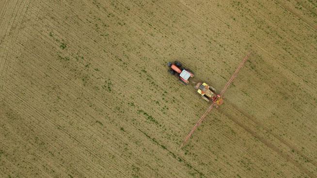 Ein Farmer sprüht Pestizide auf sein Feld. © Sean Gallup/Getty Images
