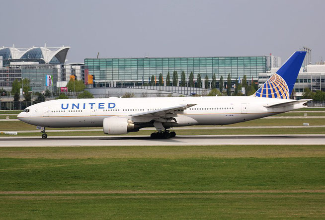 "B 777-222ER "" N221UA "" United Airlines -1"