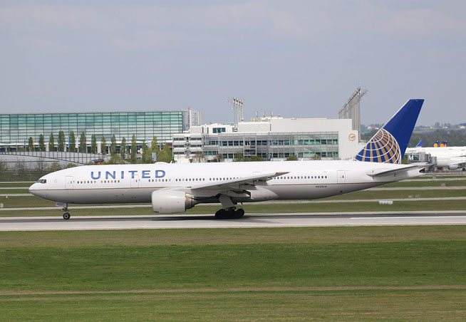 "B 777-222ER "" N220UA "" United Airlines -1"