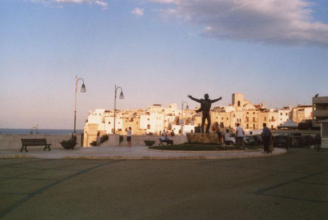 Polignano a mare - Denkmal Domenico Modugno