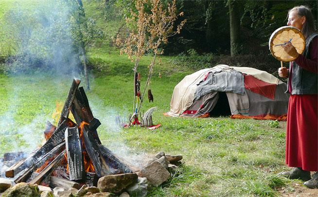 Bild Schwitzhütte, Feuer und Margrith Mattle