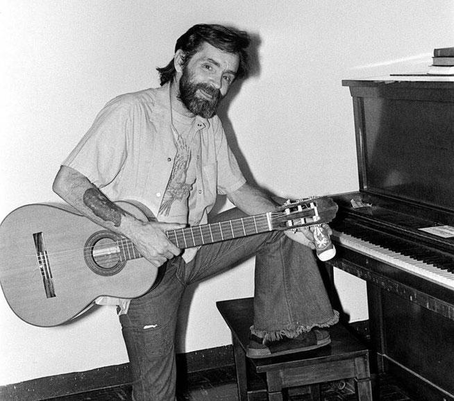 チャールズ・マンソンは1960年代前半から半ばにかけて、刑務所にいた時にギターを習っていた。