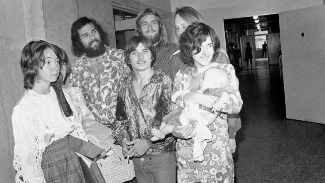 """1970年2月24日、シャロン・テイト殺人事件のパトリシア・クレンウィンケル被告の罪状認否のためにロサンゼルス司法会館に集まったチャールズ・マンソンの """"家族 """"のメンバーたち。"""