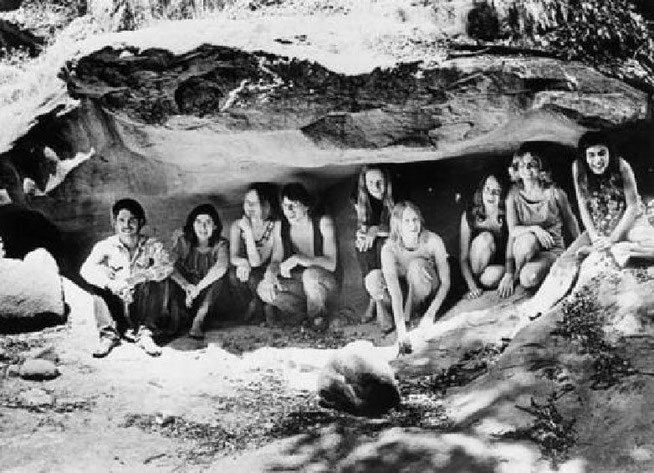 スパーンムービー牧場の裏手には小さな洞窟が存在していた。ファミリーは敵が襲ってきたときのための避難場所として利用していた。