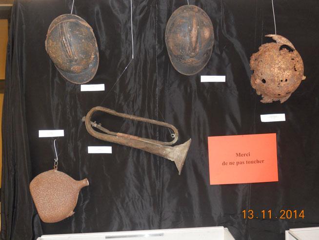 Casques Adrian (français) et casque Stahlhelm (allemand) ; gourde et clairon