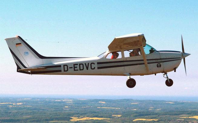 Die ehemalige Clubmaschine, eine Cessna 172, beim Flug über die Rapsfelder Ostholsteins.