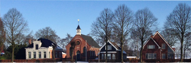 Het kerkgebouw (1914) met aan de rechterkant de pastorie (1912) aan de Waterschapweg (foto van januari 2016)