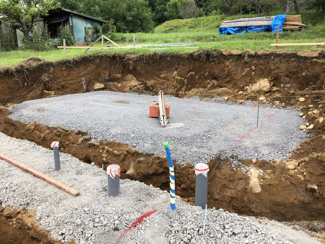 現場その3の基礎工事。こちらは赤茶の、陶器が焼けそうな粘土質。と、ごろごろ石が出てきます。