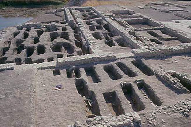 Le tombe della chiesa B e degli ambienti adiacenti dopo lo scavo del 1995-1998 [dal sito web dell'area di archeologia del Dipartimento di Scienze Umane dell'Università di Foggia; www.archeologia.unifg.it]
