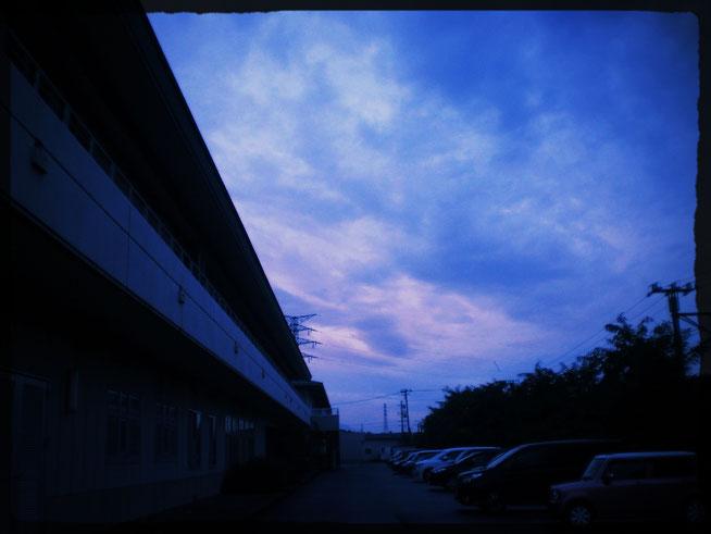今日の夕刻の空としおさいの里。まだまだ、たくさんの車が駐車中。スタッフの皆さん、お疲れさまです