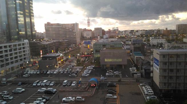 会場となった「ANAクラウンプラザホテル」の一室から柳都・新潟の景色を望む。しばしのリラックスタイム