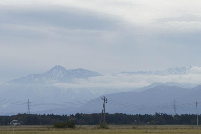 今日の頸城平野。左に見えるは妙高山。中腹まで白くなってきました