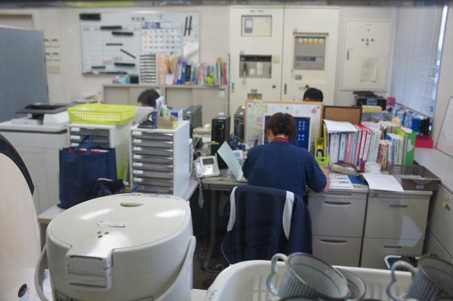 今日の地域包括支援センター事務室内。実地指導後、デスクに向かう各スタッフ