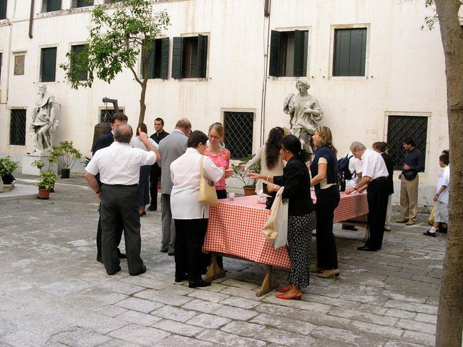 Aperitivo italiano nach der Messe im Innenhof der Domanlage.