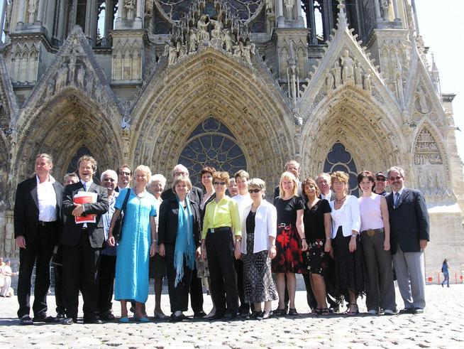 Die Sänger mit Pfarrer Beat Jung (ganz rechts) im heissen französischen Sommer vor...
